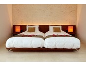 【寝室】室内の壁材には首里城などのグスクや石垣に使用されている琉球石灰岩を素材として採用しております。