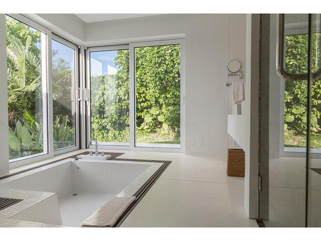 真っ白な空間に包まれたヴィラのバスルームは、開放感溢れる広い窓が、自然の中にとけ込んだような安らぎを与えてくれます。