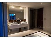 窓の対面には大きな鏡を配置し、その鏡に空や草木の景色が映り込むことでさらにバスルームに彩りを与えてくれます。