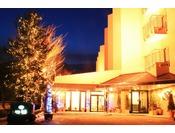 ライトアップされた冬のホテルエントランス