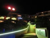 ホテル入口 夜