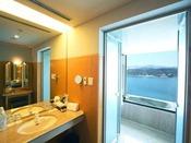 スイート 瀬戸内クルーズ107平米眺望のすばらしいバスルームとパウダールーム