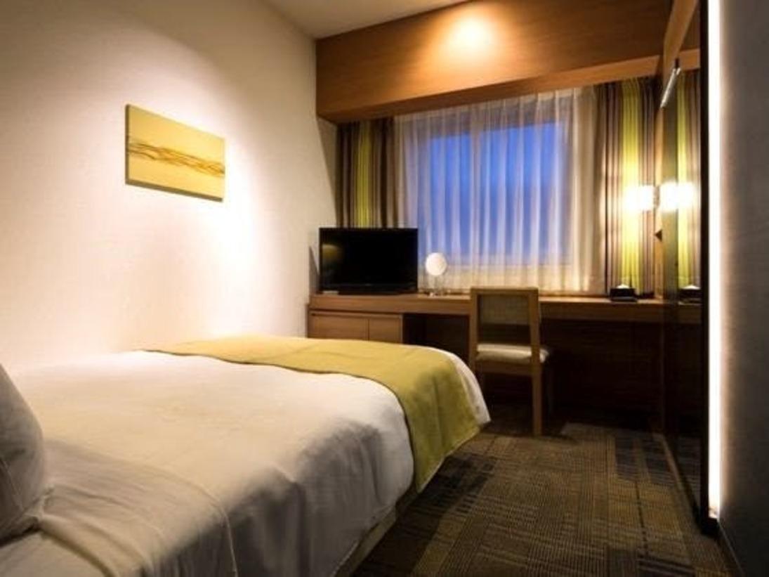 【シングル】広さ :15平米ベッド:140センチ幅シモンズベッドデスクは資料やパソコンを広げて作業しやすい、すっきりとしたデザイン。遮音性の高い壁・窓・ドアがプライベートの時間を守ります。・Wi-Fi無料 ・個別空調 ・ 加湿機能付空気清浄機