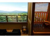 【客室露天風呂・秋】草津の紅葉を堪能できます(イメージ)※夢想窓の設置あり。