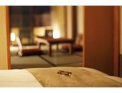 【客室】温泉露天風呂付き和洋室B(4名定員)。和洋室のお部屋は、居室と寝室と分かれており、ゆっくりと寛げる空間。・This quadruple room features a seating area ( tatami are )