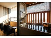 【客室露天風呂・春】朝日を浴びながら…(イメージ)※夢想窓の設置あり・Private open air-bath in the room ( image )