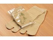 【客室アメニティ】湯たび。館内は畳敷きの為ぜひ湯たびを履いて温泉へ。※イメージ・Traditional Japanese socks worn (Tabi)