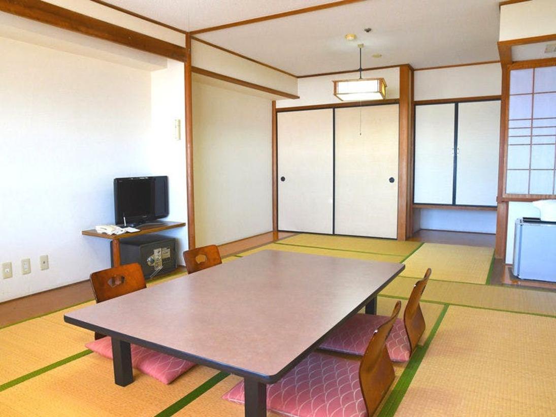 【野島崎灯台と太平洋を望む海側、温水洗浄機トイレ付】ゆったりとおくつろぎいただける12畳の広めの純和室です。低層階(2F)にあり上階レストランの利用音と1階設備の稼働音がいたします。予めご了承ください。
