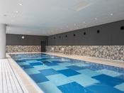 15メートルの屋内温水プール(水温29℃)。快適にスイミングをお楽しみください。