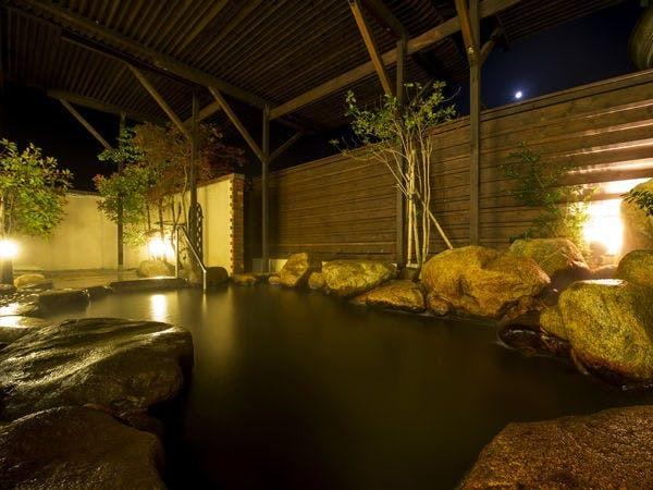 幻想的な夜の露天風呂