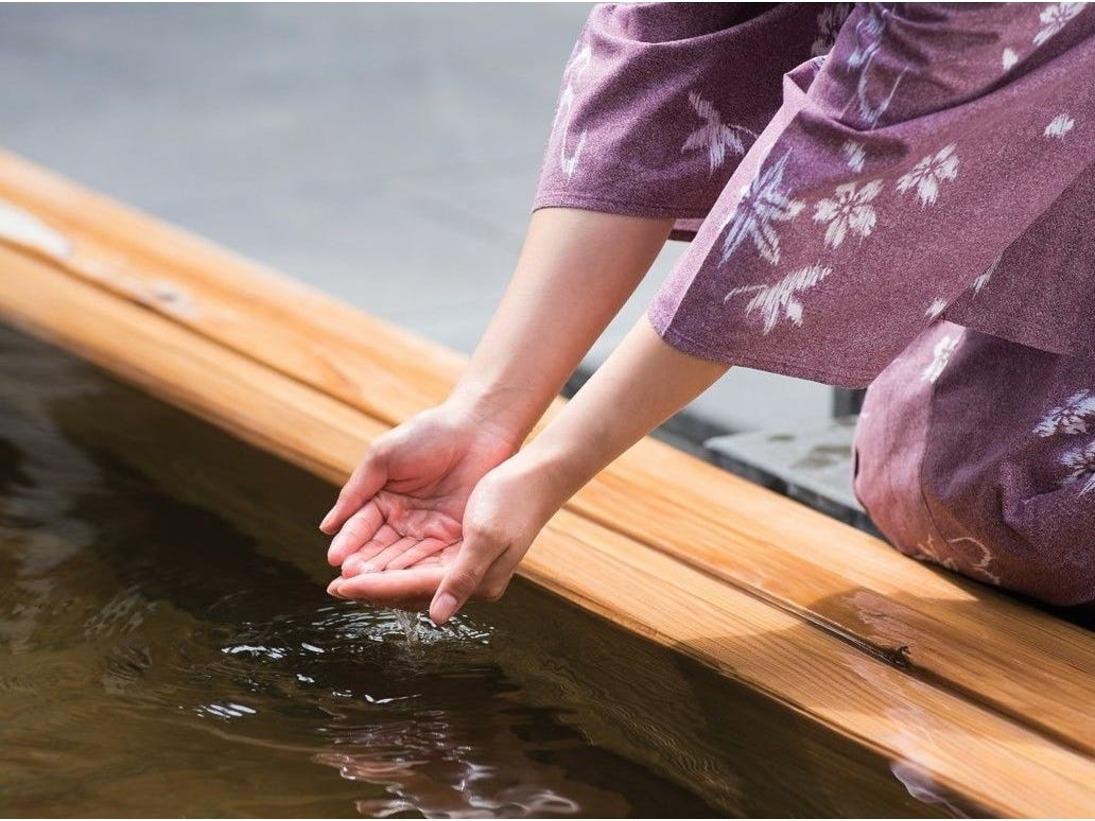 【日本三大美肌の湯】島根県「斐乃上温泉」、栃木県「喜連川温泉」と共に、「日本三大美肌の湯」の一つに選ばれる嬉野温泉の湯。内湯には全て自家源泉から直接温泉を注いでおり、豊かな湯でゆったりと疲れを癒していただけます。