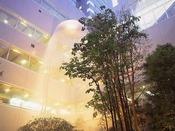お客様を最初にお迎えするのは、エントランスから見える中庭に流れる滝。