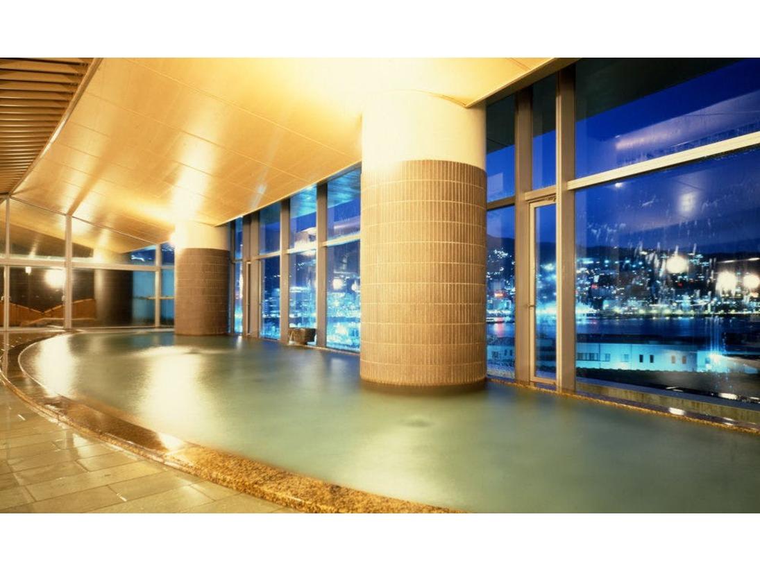 【大展望風呂・海望の湯】夜には熱海市街の夜景を見渡せる。