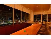 バーラウンジ「エブタイド」で熱海市街の夜景を楽しみながら、日頃の喧騒を忘れて静かな夜を。