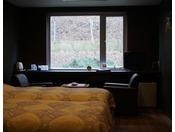 新しくリニューアルしモダンをイメージしたツインのお部屋。シモンズのベットを使用しております。