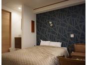 新しくリニューアルしモダンをイメージしたダブルのお部屋。シモンズのベットを使用しております。