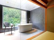 2017年夏リノベーション!専用の半露天風呂は外を望める開放的な造りです。「半露天風呂付き客室」(716)