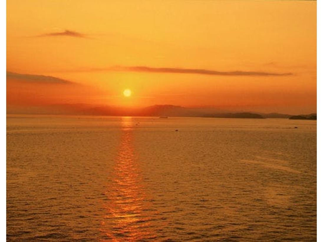 【紀淡海峡に昇る朝陽】 海の向かい紀伊山地から昇る朝陽は必見。