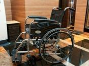 車椅子をロビーにて完備