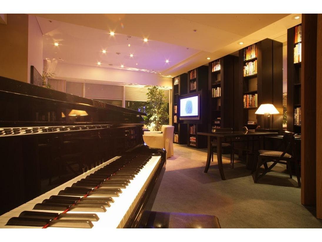 プライベートライブラリーとグランドピアノを配した160平米の「ディプロマット スイート」。広がる眺望とともに贅沢なご滞在のひとときを。