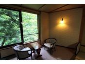楸(あき)の間。白布の四季の中でも最もカラフルで華やかな紅葉の秋をイメージしたお部屋