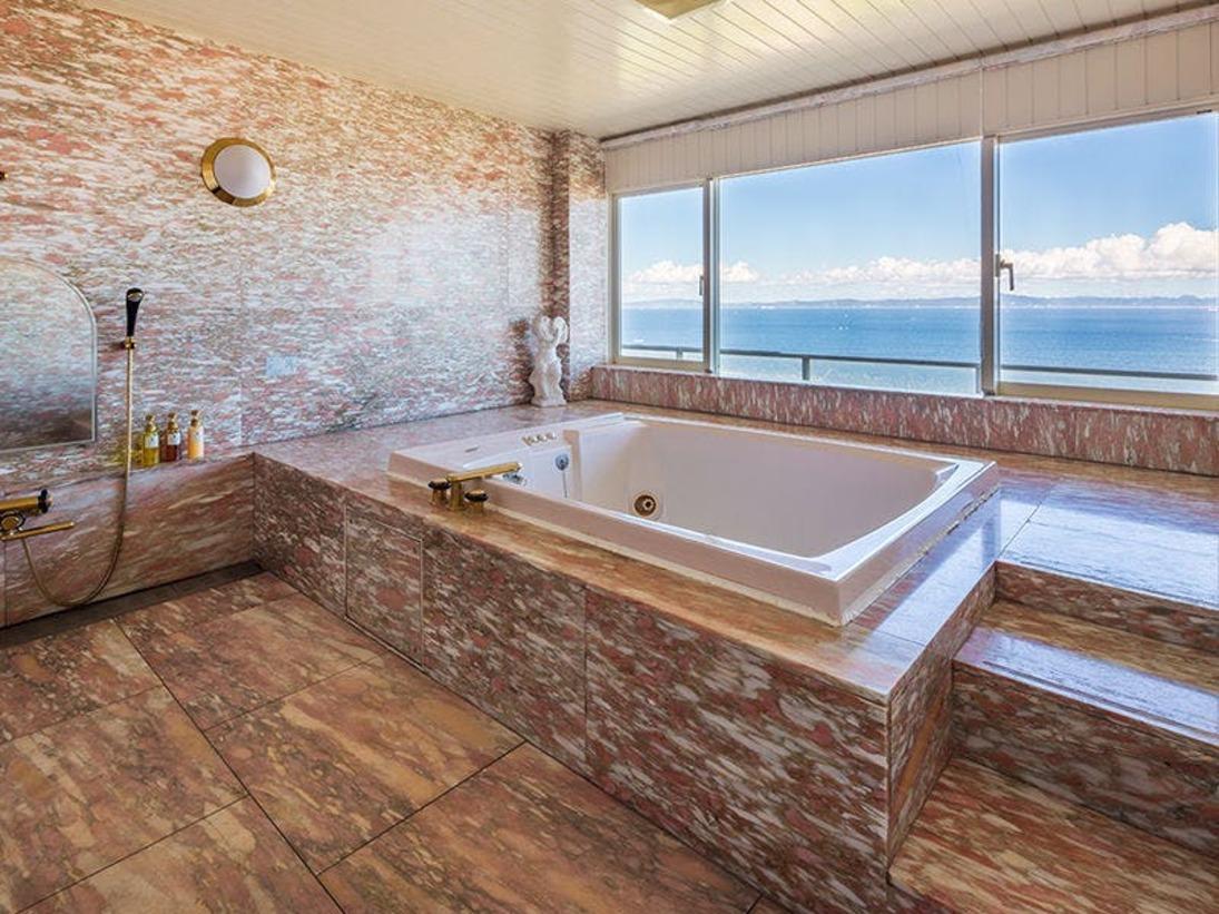 ジャグジー付きバスルームで東京湾の眺望を独り占め!