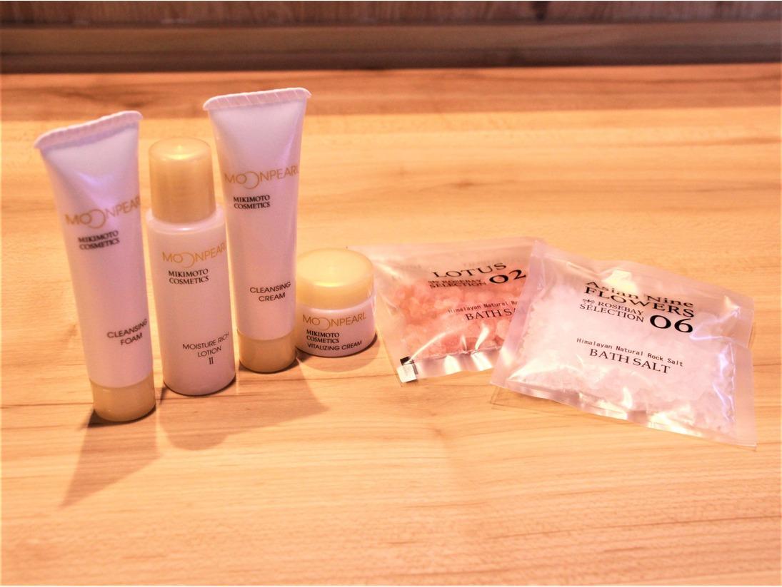 女性専用エリアのレディースルームでは、ミキモト コスメティックス「ムーンパール」基礎化粧品4点セットとバスソルト2種が常設されています。