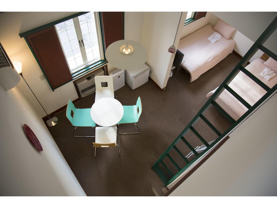 寝室とダイニングセット・ロフト付きのお部屋。3名以上でゆとりのあるお泊まりに最適。