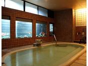 壁一面の大きな水槽に金魚が優雅に泳ぐ「川の湯」