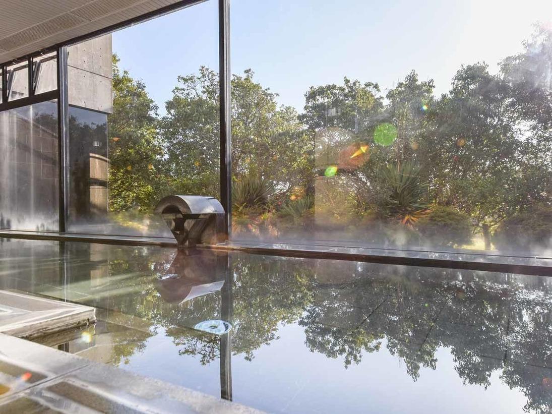 *【男性大浴場】大きな窓があり開放感あふれる大浴場。