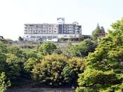 赤谷湖から見た猿ヶ京ホテル