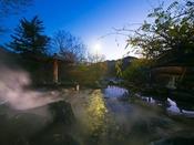 夜の露天風呂「密多の湯」はとても幻想的です