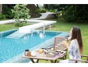【Breakfast】爽やかな朝の風を感じられる屋外テーブルもご利用頂けます。一日の始まりの大切な時間を、ごゆっくりお過ごしください。
