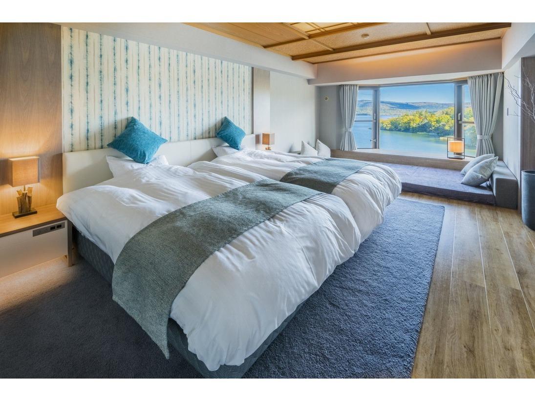 新館 / シャングリラ館 リゾートツイン。「阿寒湖を堪能する非日常の大人リゾート」コンセプトに設計したお部屋。夏の夕暮れや冬の早朝など四季折々に美しい阿寒が贅沢に広がります。