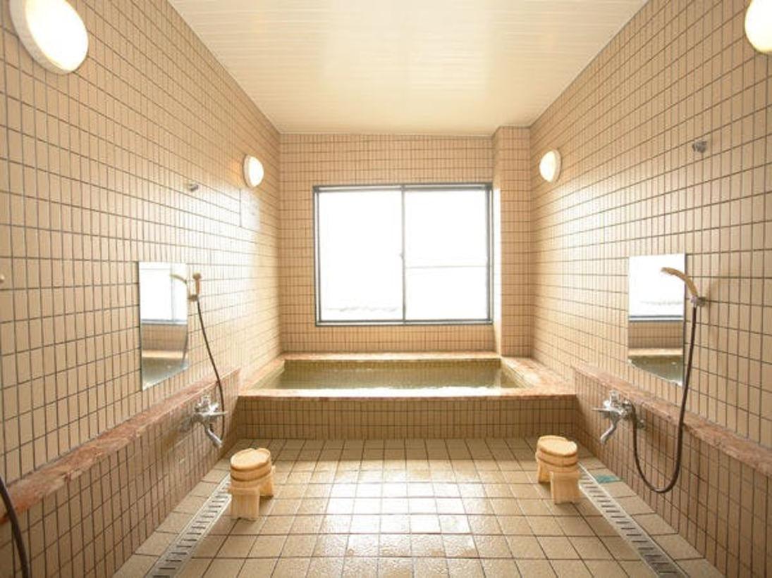 寒い日はお風呂でゆっくり♪自然石を使用したヘルストンの人工温泉。弱アルカリ泉で美肌効果があります。