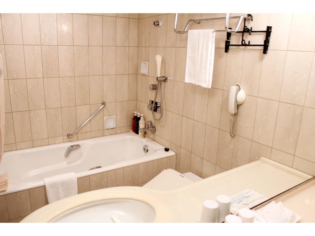スタンダードクラスのバスルーム。ゆとりあるバスと広々洗面。