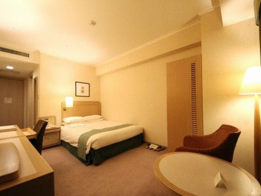 ベッド幅120cmのセミダブルサイズを採用。コンパクトながらも快適にお過ごしいただける機能的なシングルルーム(※全客室でWi-Fi使用可)