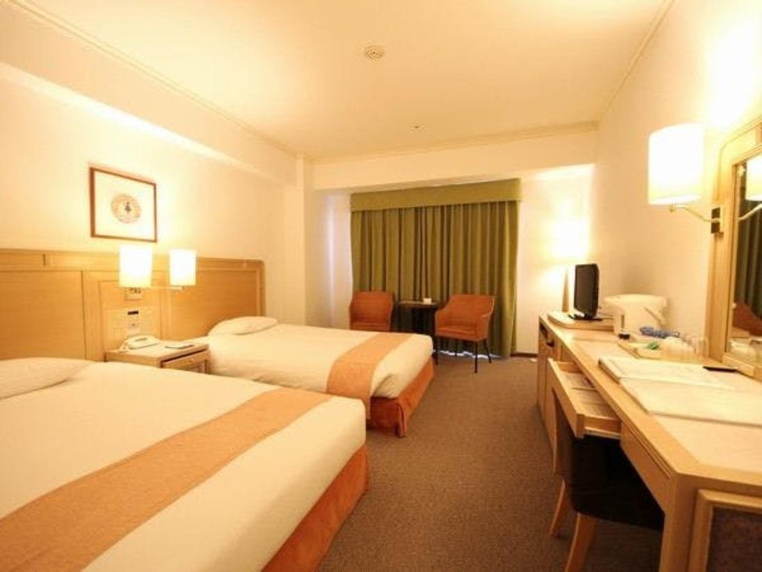 ベッド幅120cmセミダブル採用&全室Wi-Fi可。機能的かつ広めの客室はリゾート滞在を演出にふさわしいツインルーム。応接セットやバゲージスペースもあるので、ゆとりある広さが特徴的。