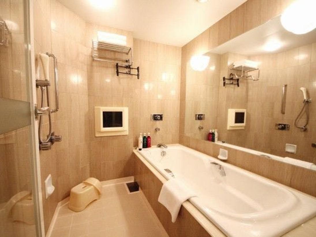 デラックスツイン以上客室のバスルームには、テレビと広々とした洗い場を完備。大浴場施設に行かずとも優雅なバスタイムをお過ごし頂けます。