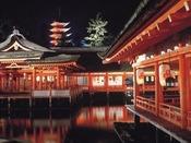 幻想的な夜の厳島神社(ホテル前桟橋から高速船で26分)