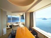スイート クラシッククルーズ 107平米リビング眺望のすばらしい、ゆったりとしたリビング。スイートならではの贅沢な時間をお過ごしください。