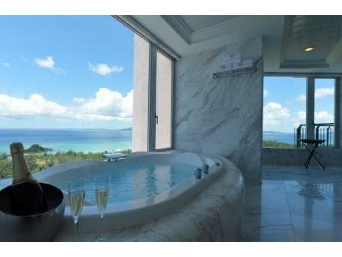 【パノラマオーシャンスイート】/バスルーム/開放感溢れるバスルームから沖縄の碧い海をご覧いただけます。