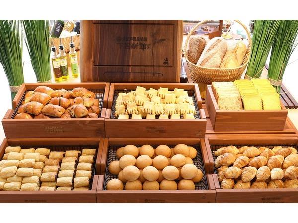 朝食:焼きたてパン