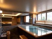 【街側の温泉&寝湯付客室「松風」(120平米)】大きな客室温泉風呂。