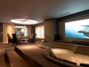 【山側の温泉&寝湯付客室「連珠」(160平米)】広々としたリビングスペース。