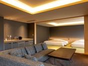 【街側の温泉&寝湯付客室「松風」(120平米)】手前リビングスペース、奥がベッドルーム。