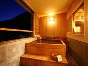 【客室展望風呂】夕暮れ時の湯浴みも格別の趣です。