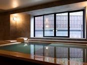 【山側の温泉&寝湯付客室「連珠」(160平米)】源泉かけ流しの新鮮な湯を注ぐ客室温泉風呂。