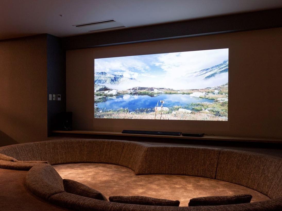 【山側の温泉&寝湯付客室「連珠」(160平米)】大画面で映画鑑賞も。
