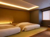 【山側の温泉&寝湯付客室「連珠」(160平米)】ベッドルーム。